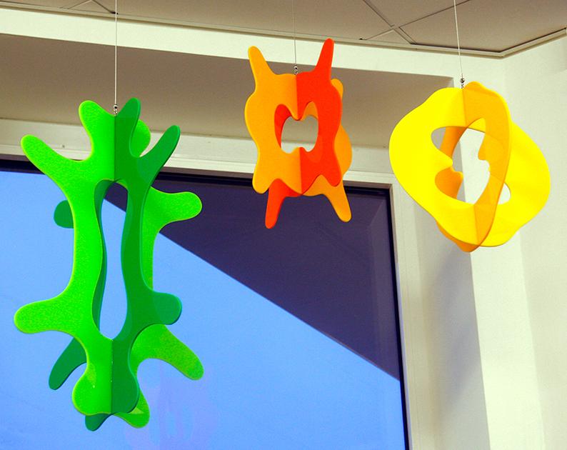 Hängande plexiglasskulpturer till Tullhuset i Örebro